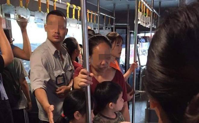 3 bà cháu trên xe buýt và cánh tay tinh tế, chu đáo của phụ xe buýt khiến dân mạng trầm trồ