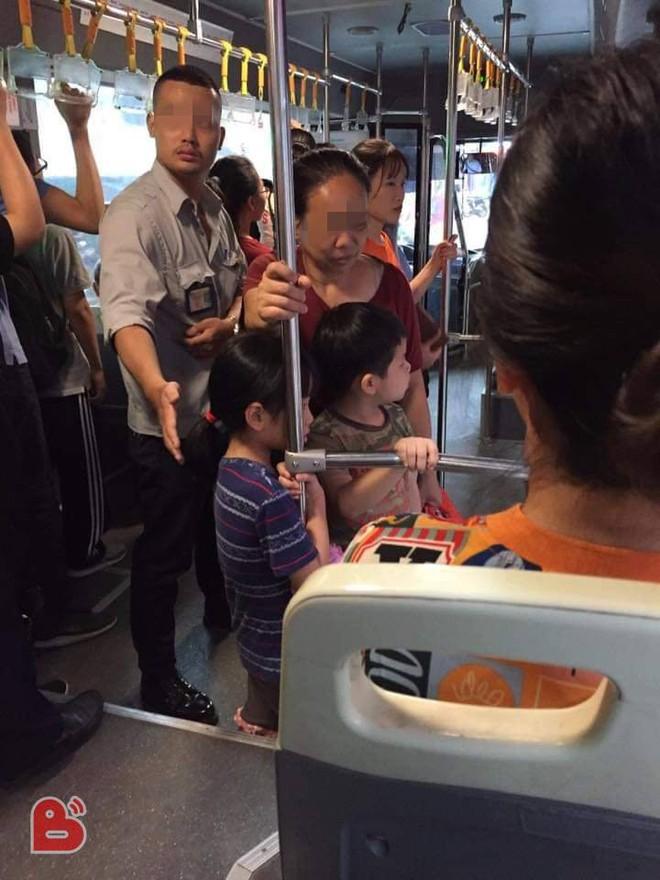 3 bà cháu trên xe buýt và cánh tay tinh tế, chu đáo của phụ xe buýt khiến dân mạng trầm trồ - Ảnh 1.