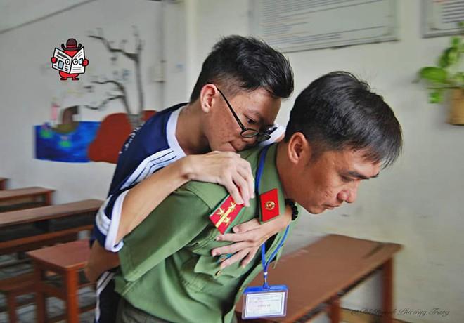 Chiến sĩ công an cõng thí sinh khuyết tật đến phòng thi rồi dọn đồ giúp - hình ảnh gây xúc động mạnh - Ảnh 4.