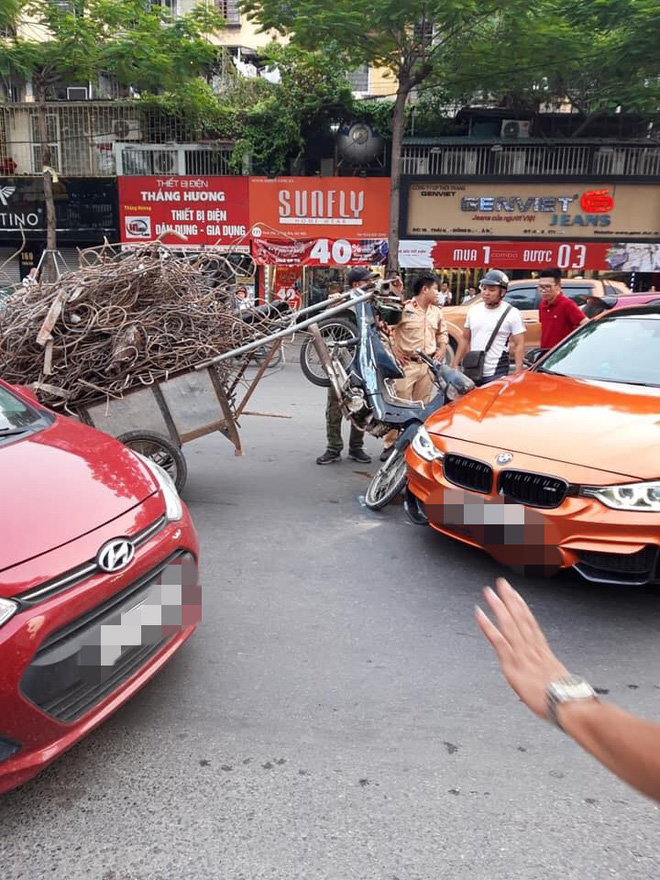 Hiện trường vụ xe máy chở sắt, cắm thẳng đầu vào siêu xe tiền tỷ giữa phố Hà Nội - Ảnh 2.