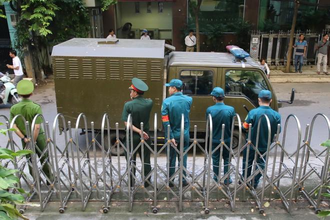 Toà trả hồ sơ vụ ông Nguyễn Hữu Linh sàm sỡ bé gái trong thang máy - Ảnh 1.