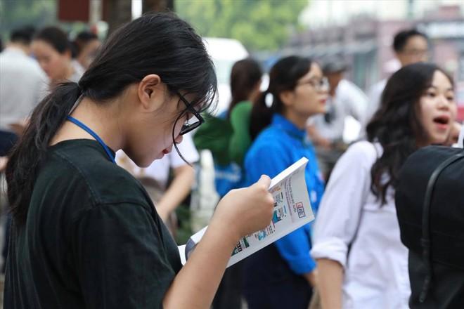 Ngày đầu thi THPT quốc gia 2019: Vẫn còn nhiều thí sinh đi muộn, quên đồ - Ảnh 1.
