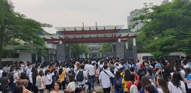 Ngày đầu thi THPT quốc gia 2019: Vẫn còn nhiều thí sinh đi muộn, quên đồ - Ảnh 2.