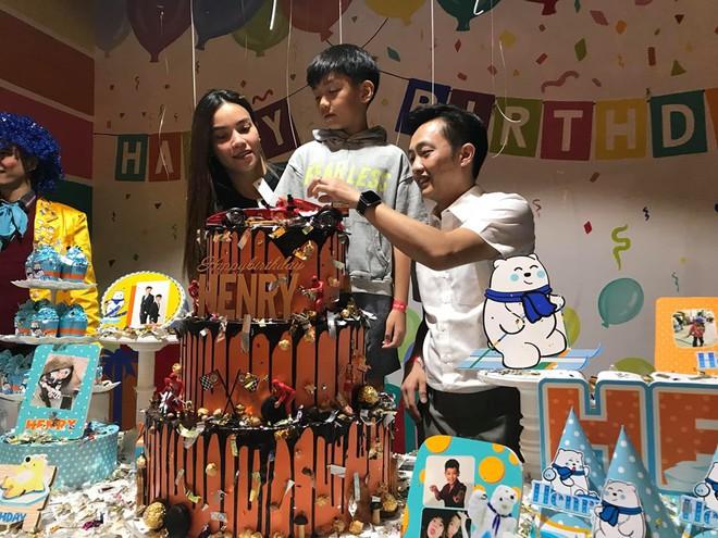 Dù gia đình ly tán, Subeo vẫn được tận hưởng 5 sinh nhật trọn vẹn với sự hiện diện của cả bố lẫn mẹ - Ảnh 1.