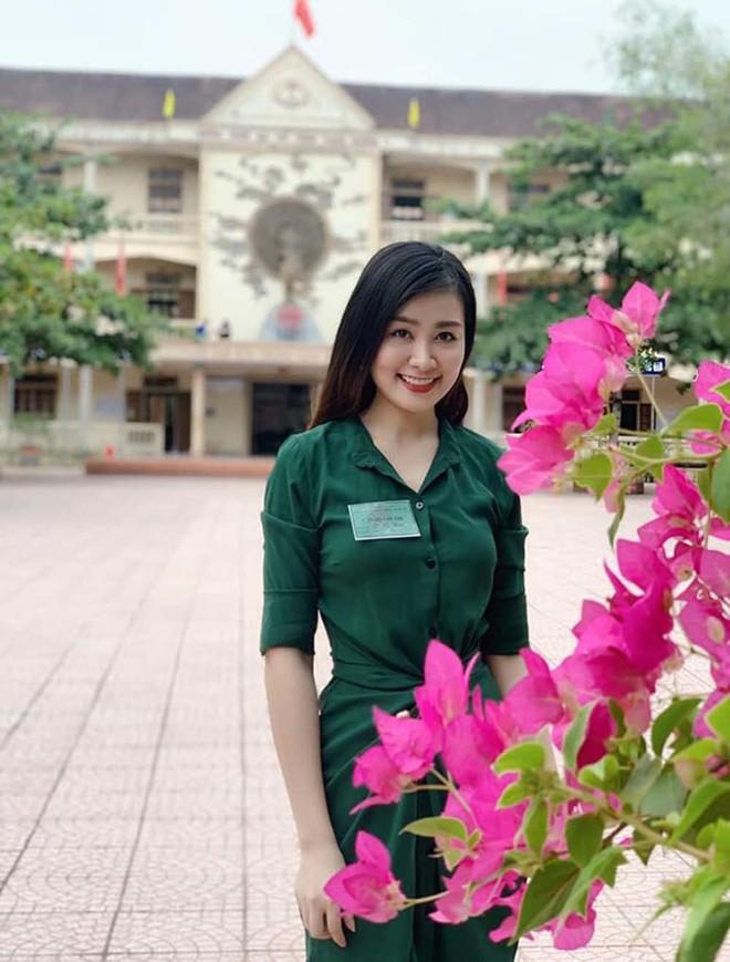 Nữ giám thị xinh đẹp gây sốt tại kỳ thi THPT Quốc gia 2019 ở Nghệ An - Ảnh 1.