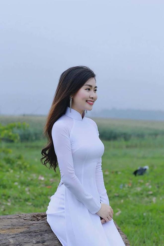 Nữ giám thị xinh đẹp gây sốt tại kỳ thi THPT Quốc gia 2019 ở Nghệ An - Ảnh 2.