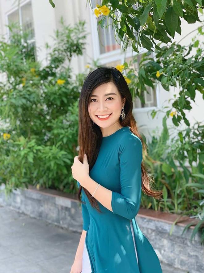 Nữ giám thị xinh đẹp gây sốt tại kỳ thi THPT Quốc gia 2019 ở Nghệ An - Ảnh 7.