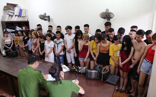 Bắt quả tang nhóm nam thanh, nữ tú hơn 40 người sử dụng ma tuý trong quán karaoke