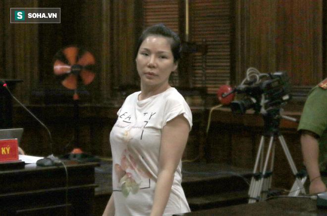 Bác sĩ Chiêm Quốc Thái đấu khẩu với mẹ vợ trước sân tòa - Ảnh 2.