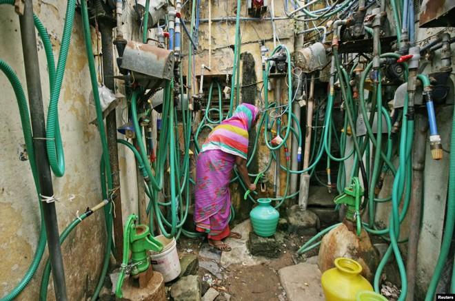 24h qua ảnh: Cô gái giải nhiệt mùa hè trong đài phun nước ở Paris - Ảnh 2.