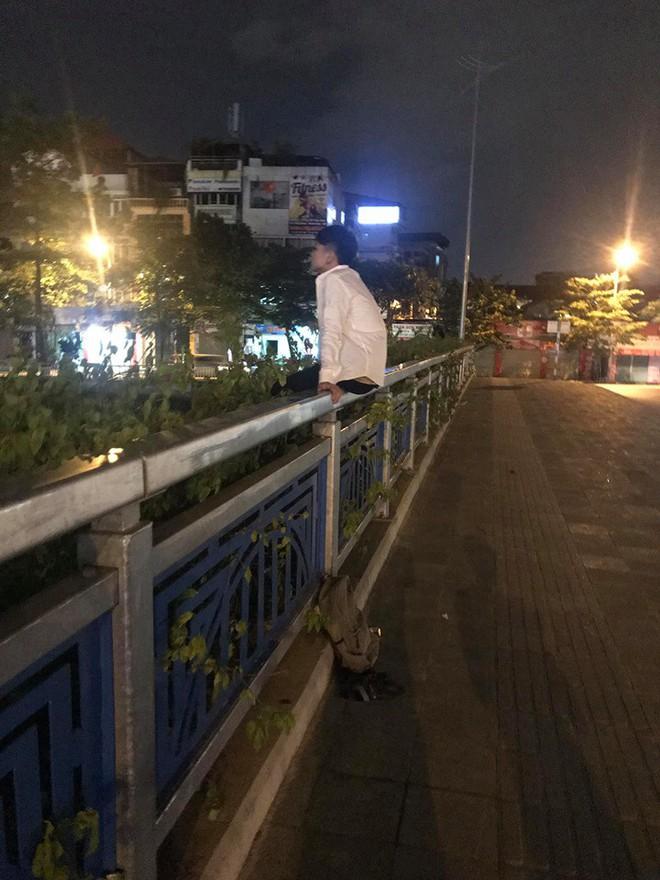 Đi thi không làm được bài, nam sinh ngồi một mình trên thành cầu, chẳng dám về nhà - Ảnh 1.