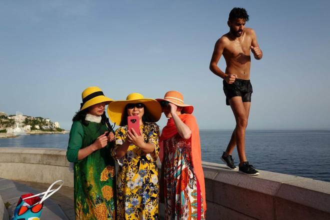 24h qua ảnh: Cô gái giải nhiệt mùa hè trong đài phun nước ở Paris - Ảnh 8.