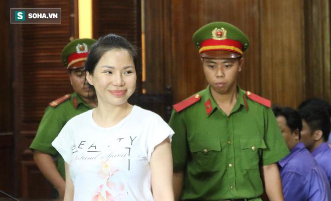 Vợ cũ mỉm cười lãnh 18 tháng tù, bác sĩ Chiêm Quốc Thái nói sẽ kháng cáo - Ảnh 2.