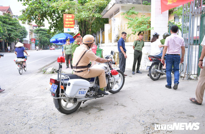 Ảnh: Cảnh sát Hà Giang dùng xe chuyên dụng hú còi hộ tống thí sinh ngủ muộn đến điểm thi - Ảnh 3.