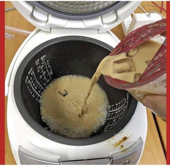 Lầy như fan của trà sữa trân châu: Đổ trà sữa và trân châu vào nấu cùng với cơm luôn - Ảnh 1.