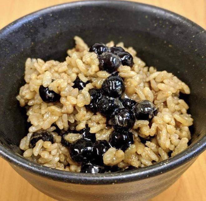 Lầy như fan của trà sữa trân châu: Đổ trà sữa và trân châu vào nấu cùng với cơm luôn - Ảnh 4.