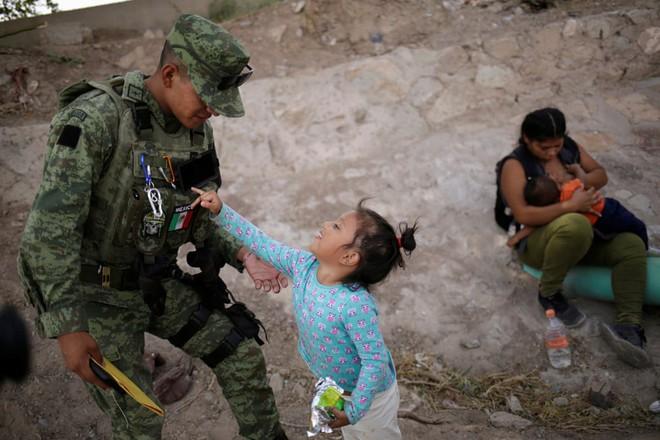 24h qua ảnh: Du khách xem đập thủy điện xả lũ ở Trung Quốc - Ảnh 8.
