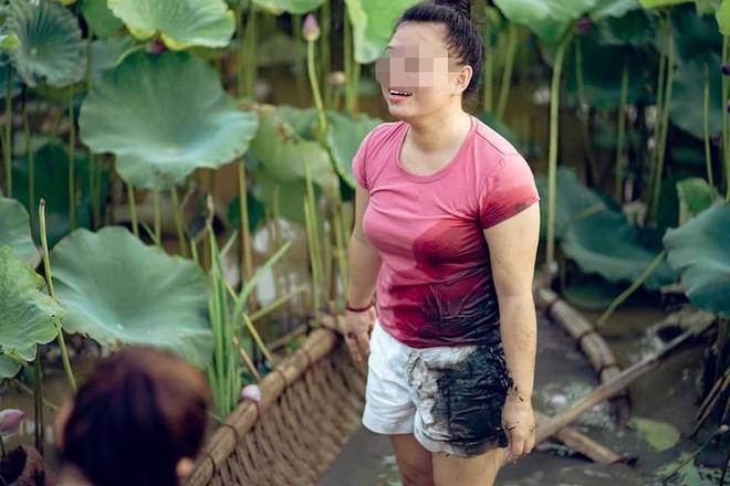 Đứng thuyền thúng chụp hình, cô nàng gặp tai nạn bất ngờ nhưng thái đó sau đó cực lạ  - Ảnh 5.