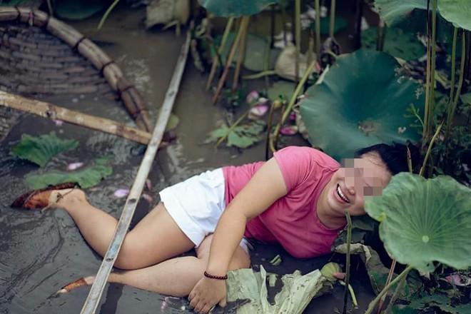 Đứng thuyền thúng chụp hình, cô nàng gặp tai nạn bất ngờ nhưng thái đó sau đó cực lạ  - Ảnh 1.