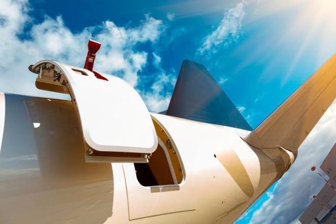 Đây là những gì thực sự sẽ xảy ra nếu bạn muốn mở cửa máy bay khi đang ở giữa bầu trời - Ảnh 1.