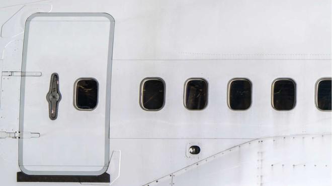 Đây là những gì thực sự sẽ xảy ra nếu bạn muốn mở cửa máy bay khi đang ở giữa bầu trời - Ảnh 2.