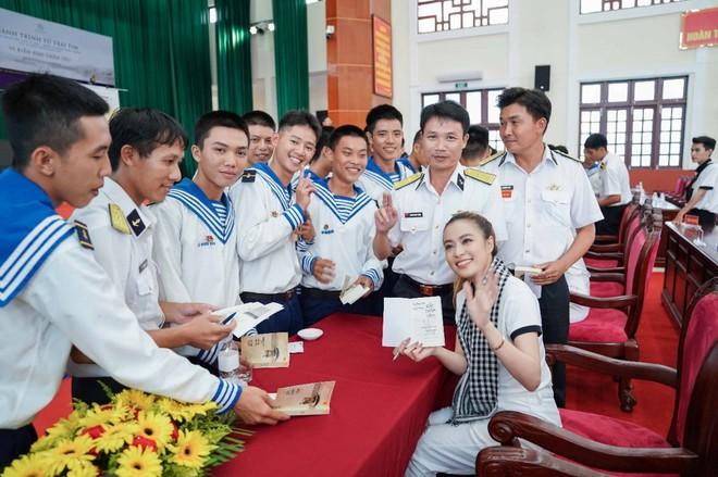 Sách quý truyền cảm hứng khởi nghiệp - kiến quốc đến cán bộ, chiến sĩ Vùng 5 Hải quân - Ảnh 3.