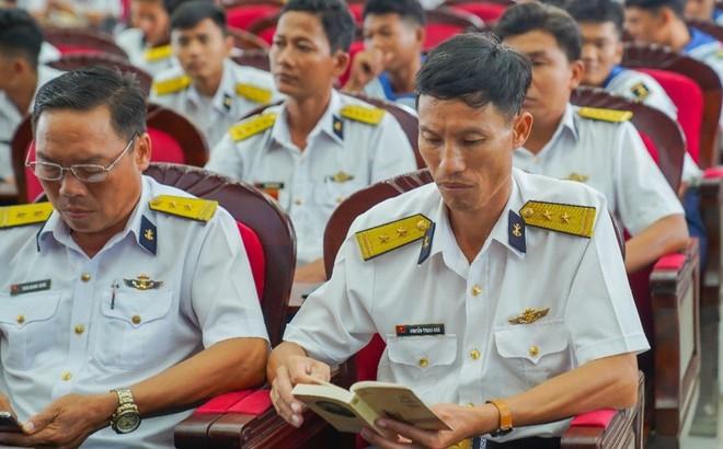 Sách quý truyền cảm hứng khởi nghiệp - kiến quốc đến cán bộ, chiến sĩ Vùng 5 Hải quân