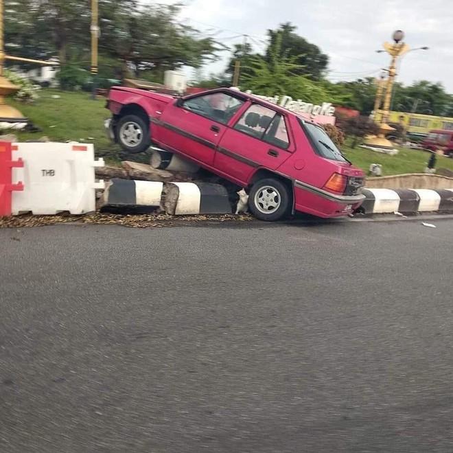 Tại hiện trường một vụ tai nạn giao thông, thứ nhỏ xíu dưới bánh xe khiến tất cả phải chú ý - Ảnh 1.