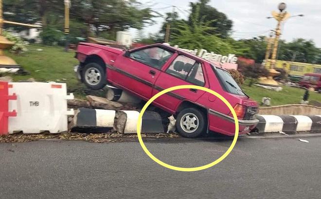 Tại hiện trường vụ tai nạn giao thông, thứ nhỏ xíu dưới bánh xe khiến tất cả phải chú ý