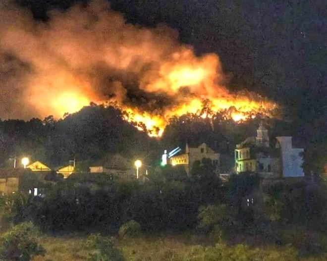 Toàn cảnh vụ cháy rừng thông lớn nhất Hà Tĩnh, di dời tài sản cả trăm hộ dân - Ảnh 14.