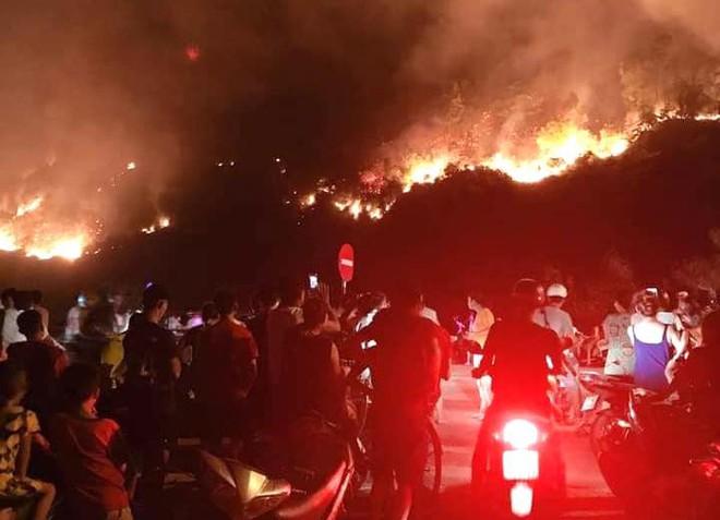 Toàn cảnh vụ cháy rừng thông lớn nhất Hà Tĩnh, di dời tài sản cả trăm hộ dân - Ảnh 12.