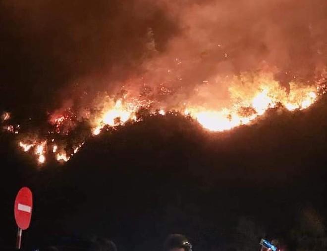 Toàn cảnh vụ cháy rừng thông lớn nhất Hà Tĩnh, di dời tài sản cả trăm hộ dân - Ảnh 4.