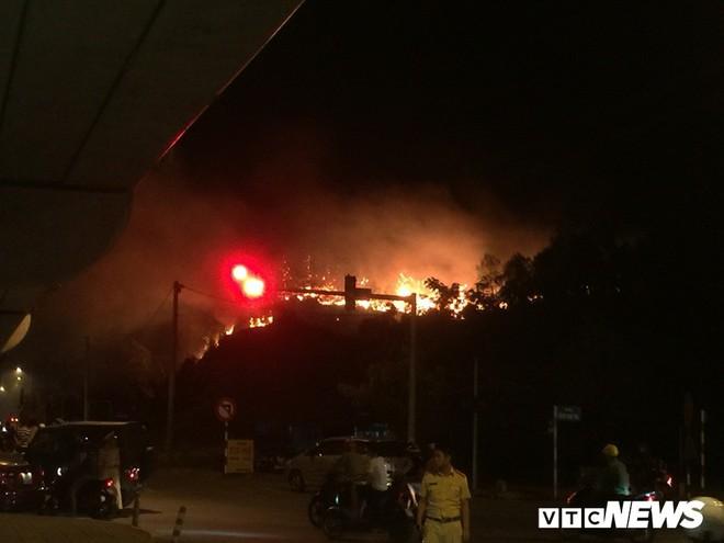 Cháy rừng ở Hà Tĩnh, huy động cả ngàn người tham gia dập lửa, di dời khẩn cấp 100 hộ dân - Ảnh 1.