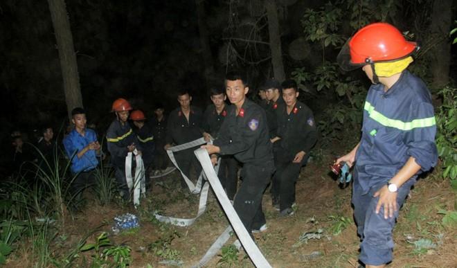Cháy rừng ở Hà Tĩnh, huy động cả ngàn người tham gia dập lửa, di dời khẩn cấp 100 hộ dân - Ảnh 2.