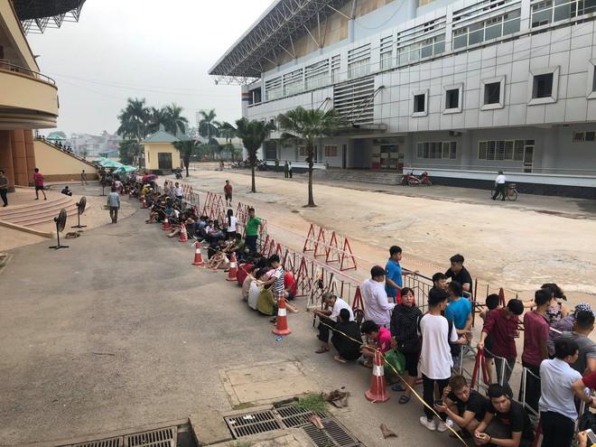 """Đội nắng xếp hàng mua vé trận U23 Việt Nam – Myanmar, phe vé """"hét"""" giá gấp 10 lần - Ảnh 1."""