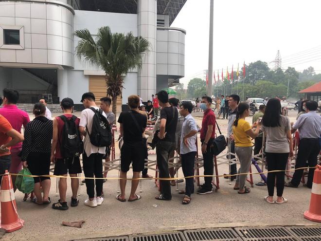 """Đội nắng xếp hàng mua vé trận U23 Việt Nam – Myanmar, phe vé """"hét"""" giá gấp 10 lần - Ảnh 3."""