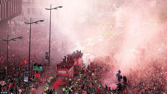 Thầy trò Jurgen Klopp cùng nửa triệu CĐV mở hội trên đường phố Liverpool - Ảnh 2.
