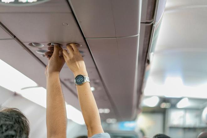 8 thói quen kém sang trên máy bay cần phải bỏ ngay nếu không muốn bị đánh giá thậm tệ - Ảnh 2.