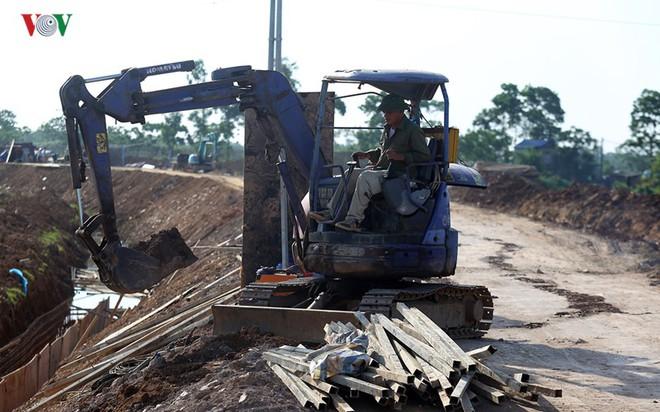 Gấp rút nâng cấp đê tả Bùi tại Hà Nội khi mùa mưa bão đang về - Ảnh 3.