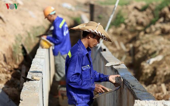 Gấp rút nâng cấp đê tả Bùi tại Hà Nội khi mùa mưa bão đang về - Ảnh 6.