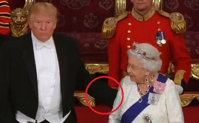 """Tổng thống Donald Trump lại """"vỗ lưng"""" Nữ hoàng Anh: Hành động bị chỉ trích """"cực kỳ thô lỗ"""""""