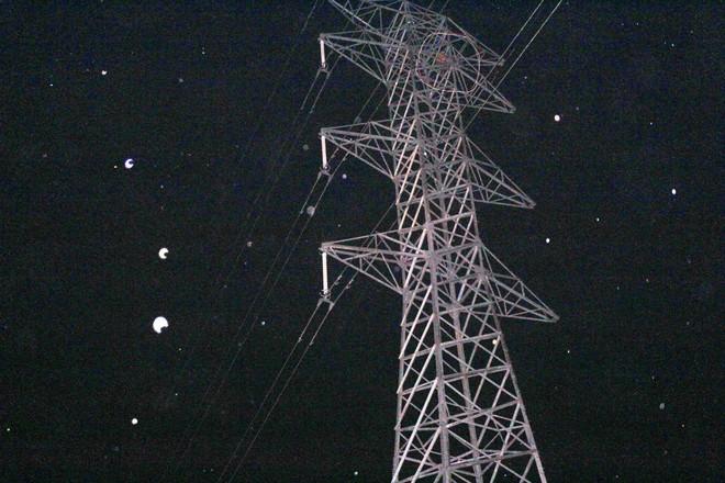 Trăm người hỗ trợ giải cứu 2 anh em mắc kẹt trên cột điện cao thế trong đêm - Ảnh 1.
