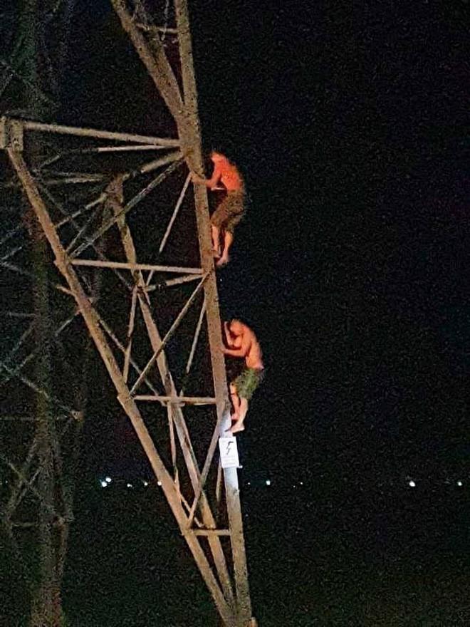 Trăm người hỗ trợ giải cứu 2 anh em mắc kẹt trên cột điện cao thế trong đêm - Ảnh 2.