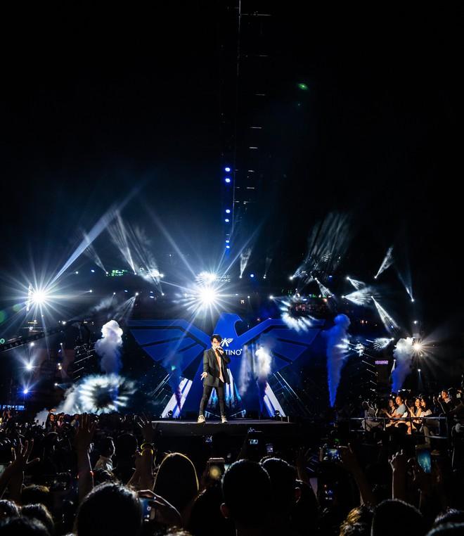 Hà Anh Tuấn biểu diễn cực sung trước 20 nghìn khán giả Hà Nội - Ảnh 1.