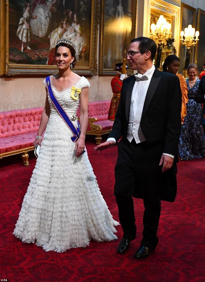 Cuộc đọ sắc được mong chờ nhất đã diễn ra: Công nương Kate và Ivanka Trump lần đầu tiên chạm trán nhau với hai phong cách hoàn toàn khác biệt - Ảnh 2.