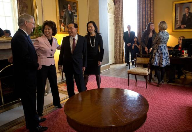 Bộ trưởng Mỹ vào tầm ngắm vì người thân điều hành công ty có mối quan hệ kinh doanh sâu sắc với Trung Quốc - Ảnh 2.