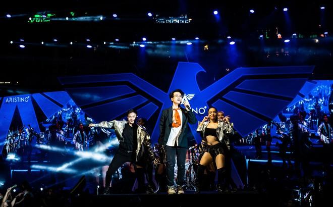 Hà Anh Tuấn biểu diễn cực sung trước 20 nghìn khán giả Hà Nội