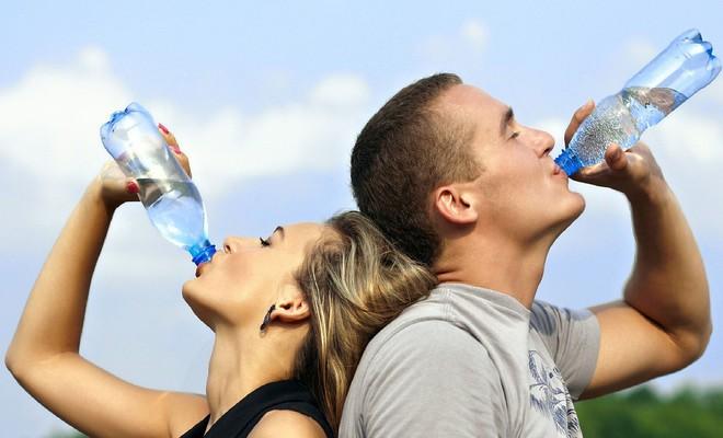 Uống đủ nước mỗi ngày phòng ngừa được 5 bệnh: Ngày hè bạn càng phải lưu ý - Ảnh 2.