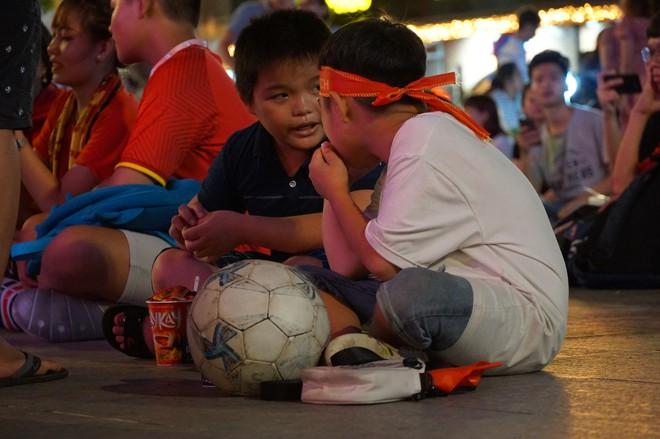 Người Sài Gòn hào hứng ra đường cổ động cho đội tuyển Việt Nam - Ảnh 8.