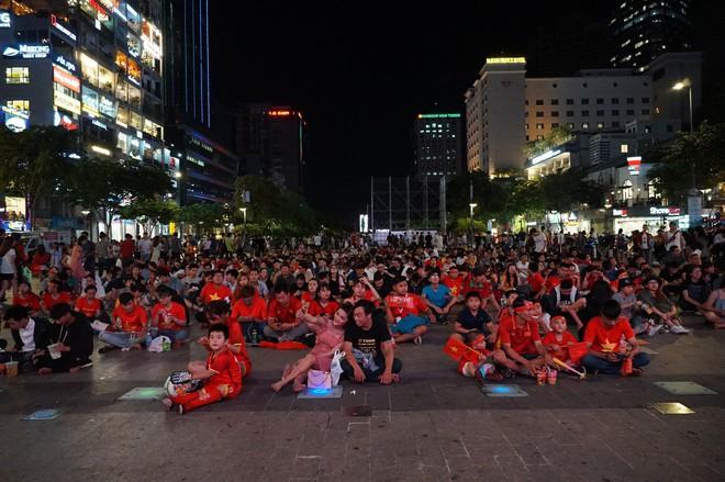 Người Sài Gòn hào hứng ra đường cổ động cho đội tuyển Việt Nam - Ảnh 1.